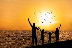 silhueta-da-família-feliz-na-praia-45255654